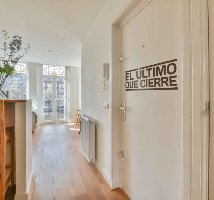 """TenVinilo. Vinilo decorativo recordatorio puerta. Original adhesivo monocolor con el que no te dejarás nunca la puerta abierta. Vinilos para puertas con un sencillo mensaje: """"el último que cierre""""."""