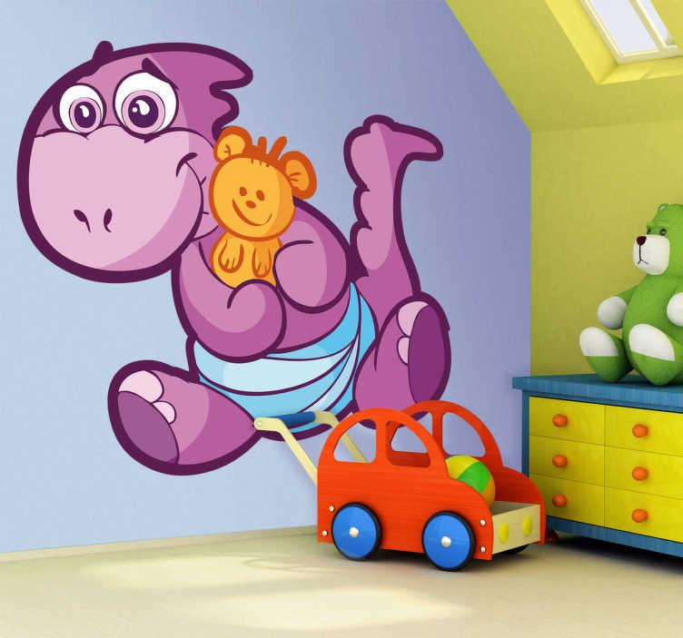 TenStickers. Adesivo bambini dinosauro bebè lilla. Sticker decorativo con un simpatico dinosauro bebè che tiene stretto il suo orsacchiotto. Una decorazione ideale per la cameretta dei bambini.