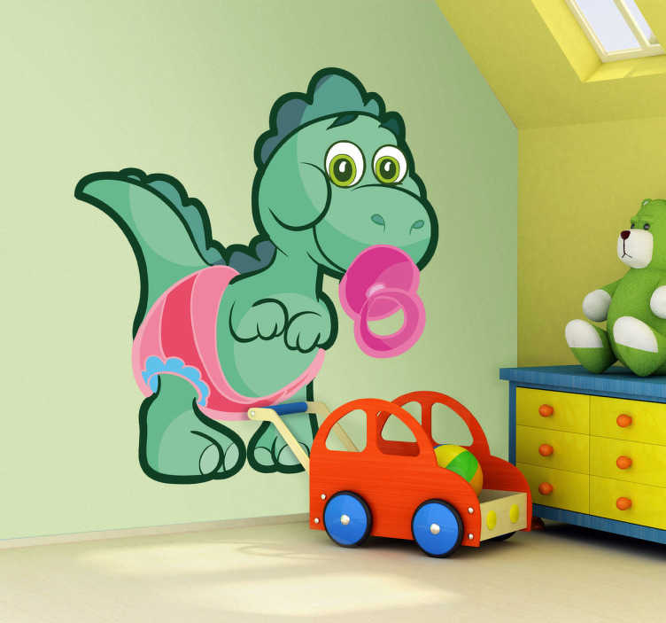 TenStickers. Vinilo infantil dinosaurio bebé verde. Vinil decorativo de uma ilustração de um dinossauro com fralda e chupeta. Adesivo de parede para decoração de interiores.