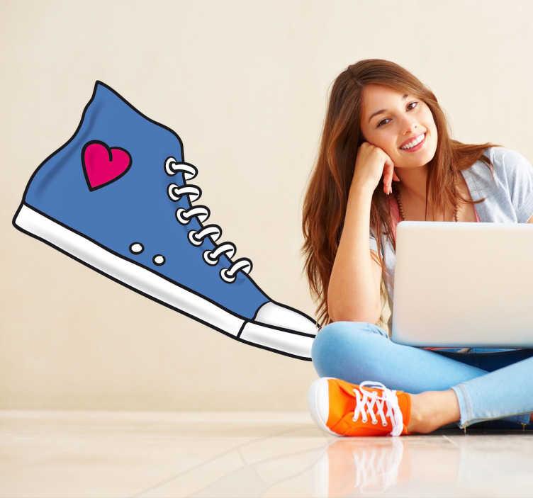 TenStickers. Sticker schoen met hartje. Een leuke muursticker van een blauwe sneaker met een roze hartje! Prachtige wanddecoratie voor tieners.