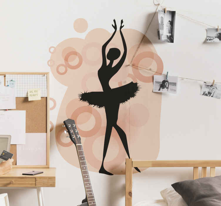 TenStickers. Sticker decorativo ballerina sulle punte. Adesivo murale che raffigura una ballerina classica sulle punte mentre fa eleganti piroette, avvolta da un'aura rosa.