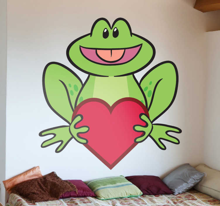 TenStickers. 사랑하는 개구리 벽 스티커. 큰 붉은 마음 잡고 유쾌한 행복 개구리의 장난과 재미 그림. 심장 벽 스티커 컬렉션에서 창의적인 디자인.