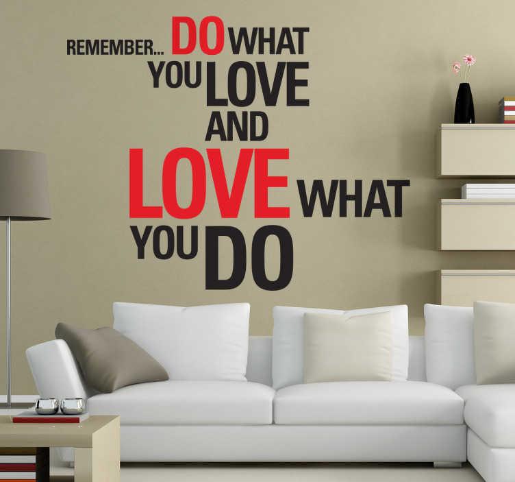 """TENSTICKERS. あなたが愛するものを引用ステッカーで. 意欲的な壁のステッカーは、 """"覚えて... あなたが何をし、あなたがしていることを愛している""""というフレーズが付いています。さまざまなサイズで利用可能なこの活気に満ちた赤と黒のテキストステッカーで、あなたの壁に陽気とモチベーションを満たしてください。"""
