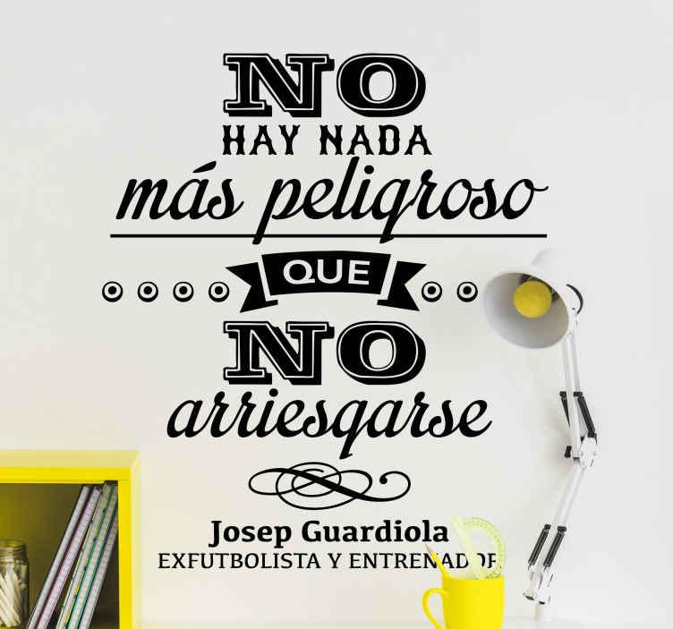 TenVinilo. Vinilo decorativo Josep Guardiola. Cita de el exitoso entrenador catalán en adhesivo en la que asegura que no hay nada más peligroso que no arriesgarse, de VIRGUIS.