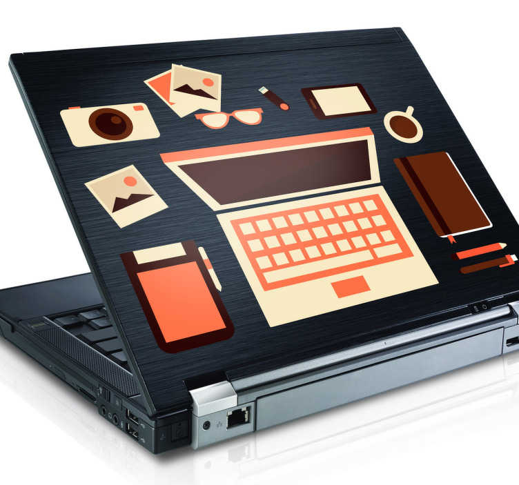 TenStickers. Naklejka na laptopa biurko. Naklejka na laptopa przedstawiająca ujęcie z góry na biurko, na którym widzimy laptop, aparat, fotografie, kubek kawy i wiele innych niezbędników.