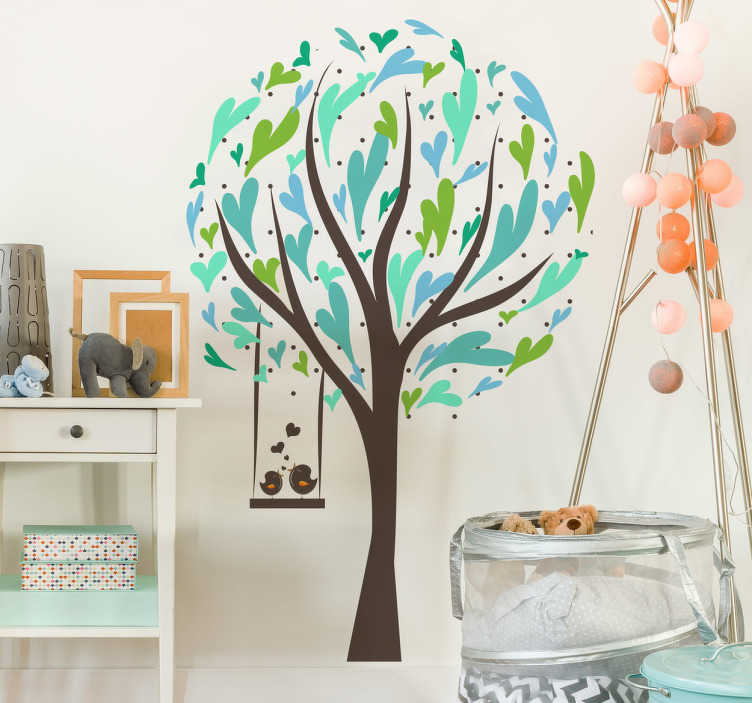 TenStickers. Naklejka dziecięca ptaki na huśtawce. Ładna naklejka dekoracyjna przedstawiająca drzewo z zielonymi listkami, oraz zawisającą na nim huśtawkę na której siedzą dwa ptaki.