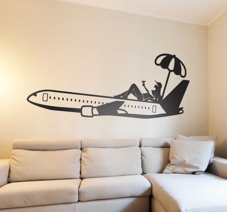 TenStickers. Autocollant mural avion touristique. Stickers mural représentant une femme prenant le soleil sur le toit d'un avion et accompagnée d'un verre à cocktail.Personnalisez et adaptez le stickers à votre surface en sélectionnant les dimensions de votre choix.