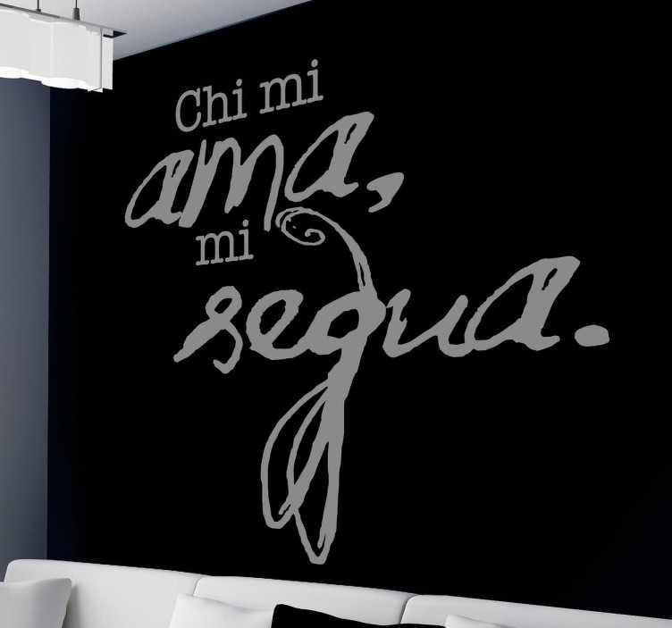 """TenVinilo. Vinilo frase Francesco Petrarca. """"Quién me ama me sigue"""". Fantástico texto en un original adhesivo del reconocido autor italiano del siglo XIV."""
