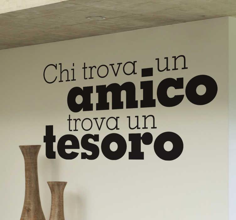 TenStickers. Sticker decorativo chi trova un amico. Adesivo murale che riporta il noto proverbio popolare che loda l'amicizia. Una decorazione originale per le pareti del soggiorno.