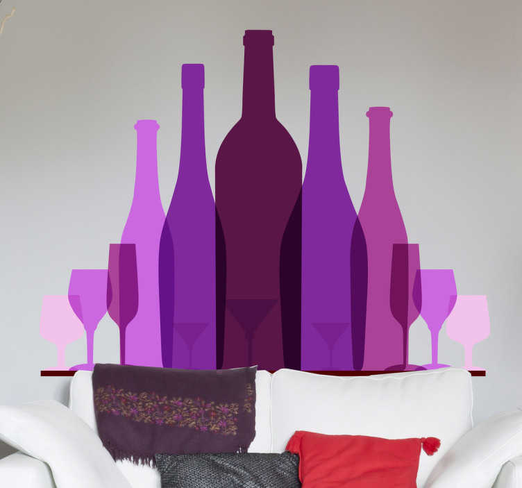 TenStickers. Naklejka kolekcja wina. Stylowa naklejka dekoracyjna przedstawiająca kolekcję butelek wina oraz kieliszki o różnorodnych kształtach, wszystko w różnych odcieniach fioletu.