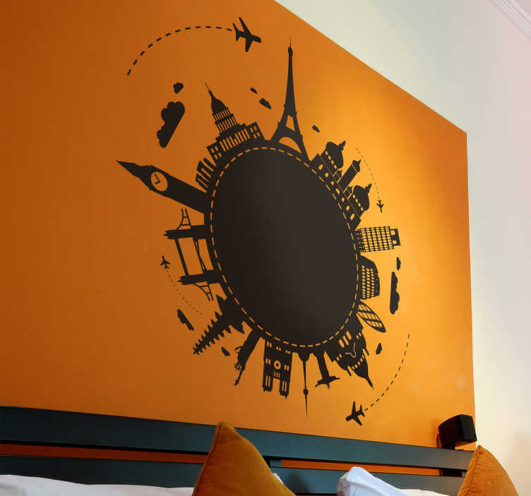 TenStickers. Sehenswürdigkeiten Welt Wandtattoo. Das Wandtattoo illustriert die Erde und auf ihr sind die bekanntesten Sehenswürdigkeiten platziert, während zwei Flugzeuge um die Welt fliegen.