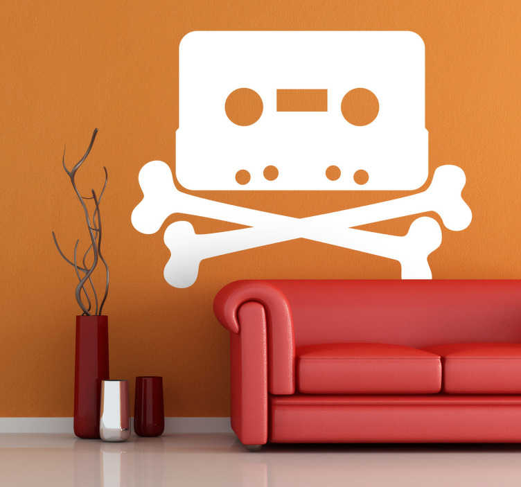 TenStickers. Cassette piraat sticker. Ken je hem nog? De cassette? Dit was de manier om muziek te luisteren! Deze cassette is gemaakt op een piraten stijl met de botten gekruist onderaan!