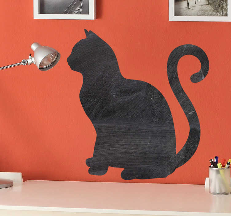 TenStickers. Naklejka tablica sylwetka kota. Naklejka w formie tablicy po której możesz pisać kredą. Obrazek przedstawia ładnego kota z podniesionym ogonem. Praktyczny pomysł i wykonanie.
