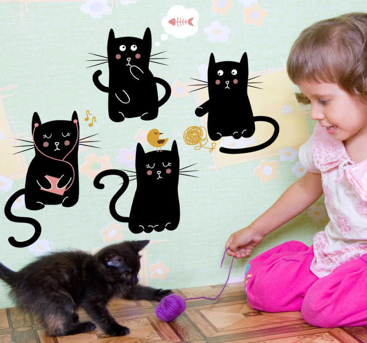 TenStickers. Muursticker vier zwarte katjes. Deze muursticker omtrent vier zwarte katjes die elk wat anders doen. Ideaal voor het decoreren van de kinderkamer. +10.000 tevreden klanten.