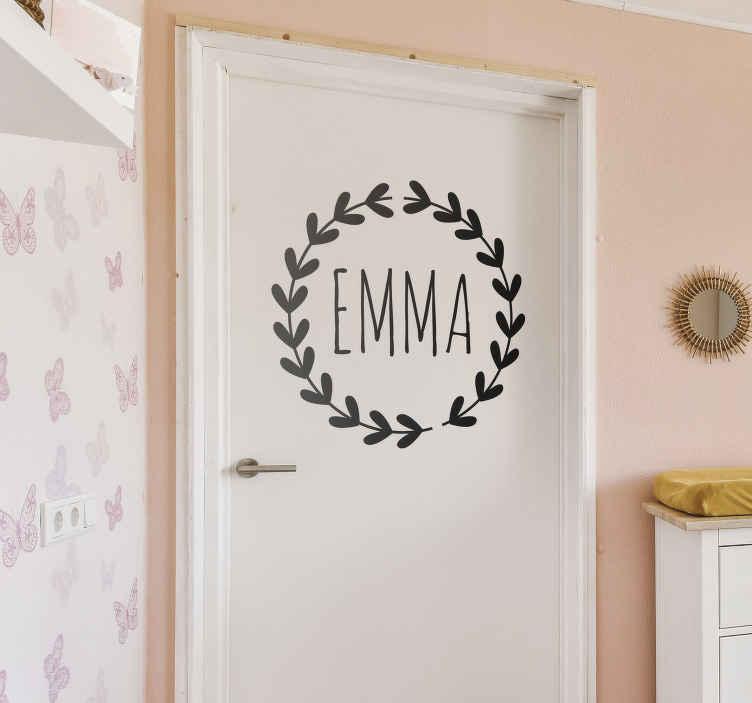 TenStickers. Sticker prénom porte personnalisé. Personnalisez la chambre de votre enfant avec cet original sticker texte. Pour rendre l'entrée de leur espace personnel totalement unique !