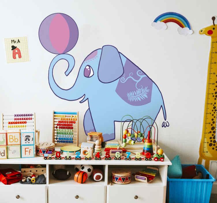 TenStickers. Sticker enfant éléphant ballon cirque. Adhésif mural pour enfant illustrant un éléphant bleu jouant à l'équilibriste avec un ballon de cirque.