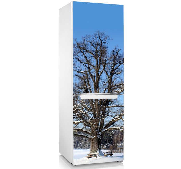 TenStickers. Naklejka drzewo w zimie. Ładna naklejka dekoracyjna z ośnieżonym drzewem. Świetny pomysł na dekorację białej lodówki.