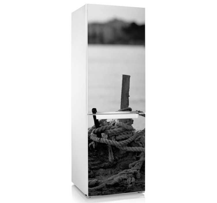 TenStickers. Kühlschrank Aufkleber Seil am See. Gestalten Sie Ihren Kühlschrank mit diesem tollen Sticker, einen Steg mit Seil und das Wasser im Hintergrund zeigt.