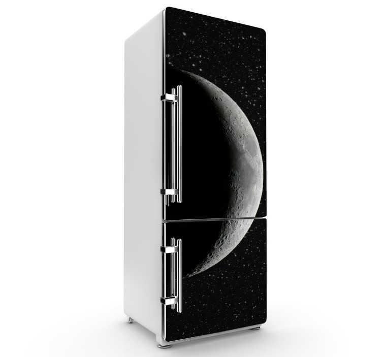 TenStickers. Sticker koelkast maan ruimte. Deze koelkaststicker omtrent de maan deels verduistert en op de achtergrond allerlei sterren in de ruimte. Prachtige en unieke koelkast decoratie.