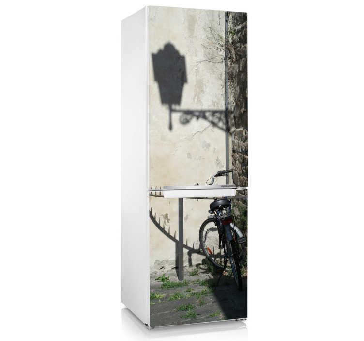 TenStickers. Sticker frigo ruelle bicyclette. Décorez votre frigo avec ce stickers illustrant un vélo sur la ruelle. *Indiquez la taille et la hauteur pour adapter le stickers aux dimensions de votre frigo.