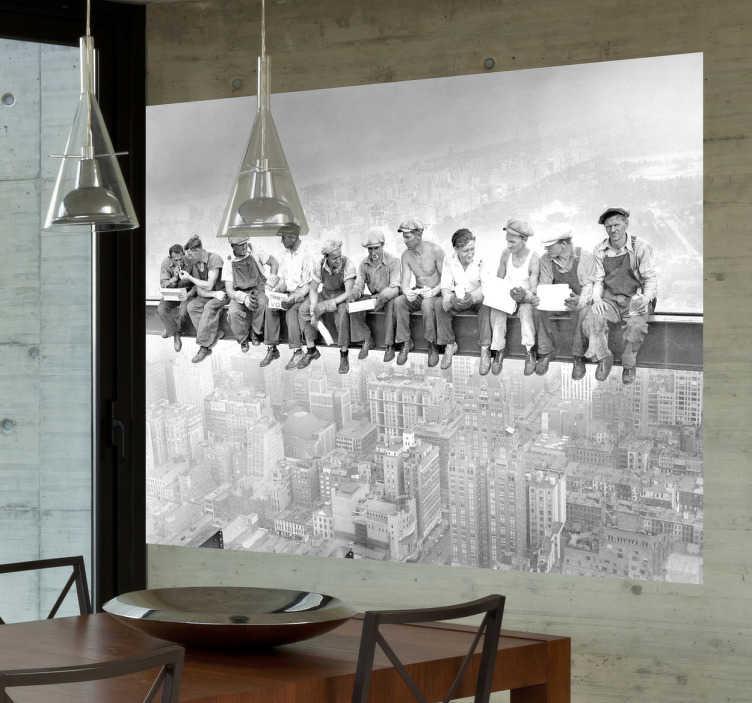 TenStickers. Photo murale travailleurs sur une tour. Stickers illustrant un groupe de travailleurs prenant une pause pendant de leurs travaux de construction.