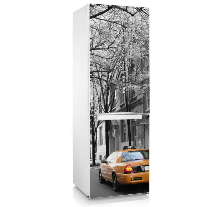 TenStickers. Naklejka taksówka Nowy Jork. Fantastyczna naklejka dekoracyjna na lodówkę, przedstawiająca fotografię ulicy Manhattanu.