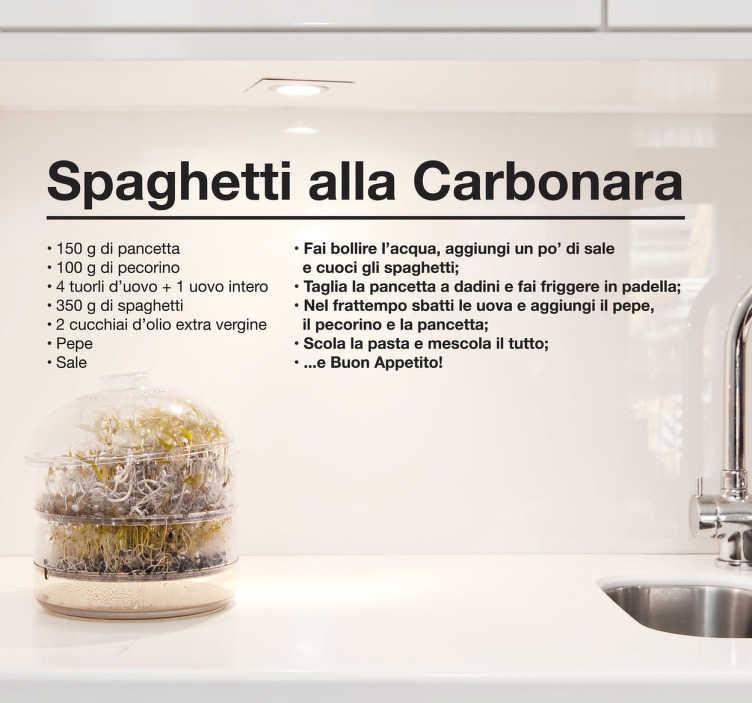 TenVinilo. Vinilo receta spaghetti carbonara. Adhesivo con un claro diseño con texto en italiano con los ingredientes y pasos a seguir para cocinar este plato de pasta.