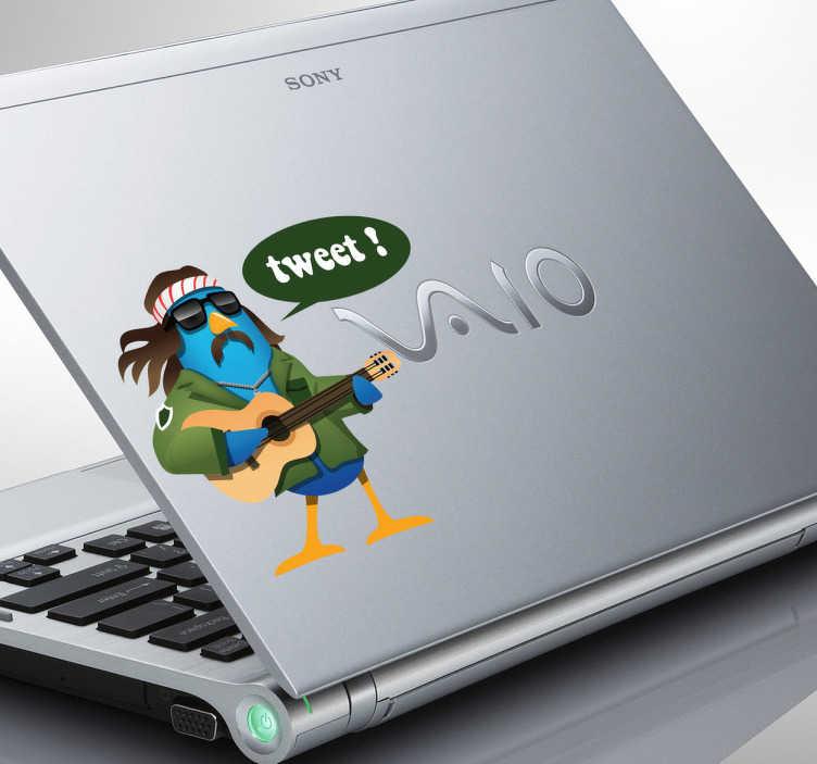 TenStickers. Hippie Tweet Twitter vogel laptop sticker. Beplak deze stoere Hippie vogel op jouw laptop! Je ziet hem met zijn zonnebril op, hippie outfit en gitaar met een tekstballon waarop staat ¨Tweet!¨.