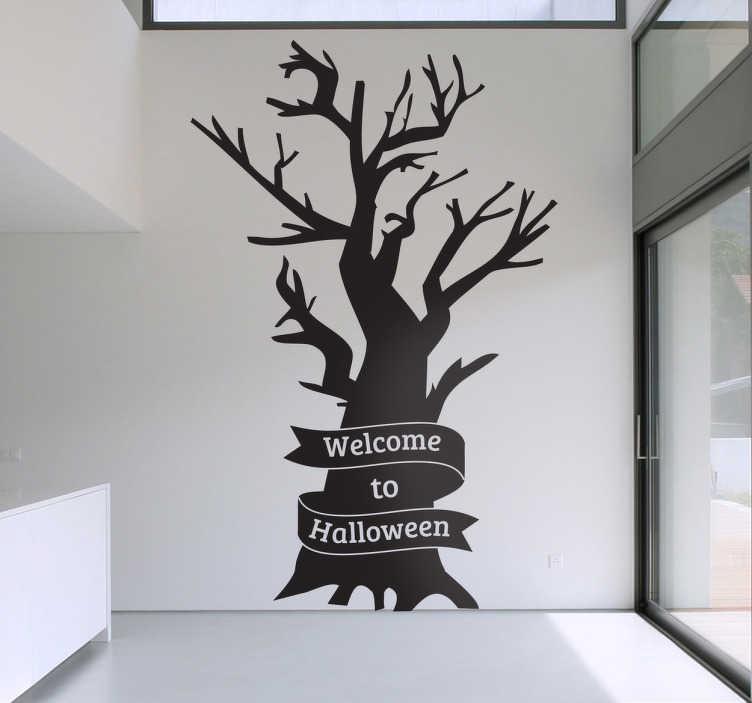 TenStickers. Welkom bij halloween boom sticker. Is Halloween je favoriete feestdag? Dan maak je huis angstaanjagend met deze griezelige boom sticker. Op de sticker staat ¨Welkom bij Halloween¨.