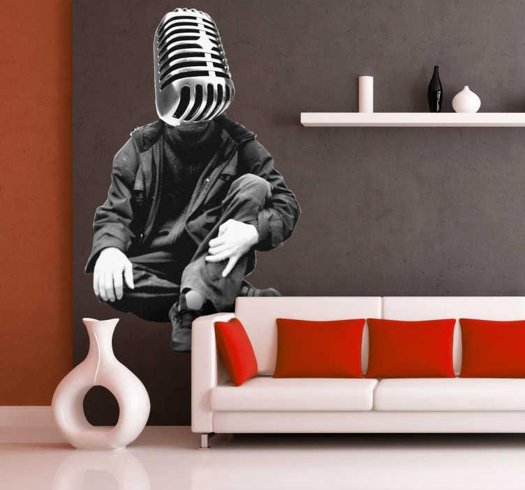 TenStickers. Sticker decorativo uomo microfono. Adesivo murale che raffigura un uomo con un microfono al posto della testa. Una decorazione originale ed alternativa per la tua camera da letto.