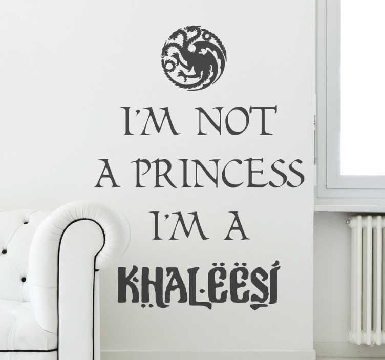 TenStickers. Sticker decorativo I'm a Khaleesi. Adesivo murale che riporta una nota frase associata alla celebre saga Trono di Spade. Una decorazione ideale per le pareti della camera da letto.