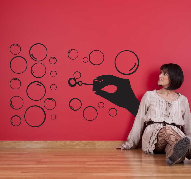TenStickers. 거품을 불고있는 실루엣 데칼. 불고있는 거품 벽 스티커 - 당신의 벽을위한 재미 있고 장식적인 디자인. 다른 크기의 많은 거품, 50까지 색깔에서 유효한.