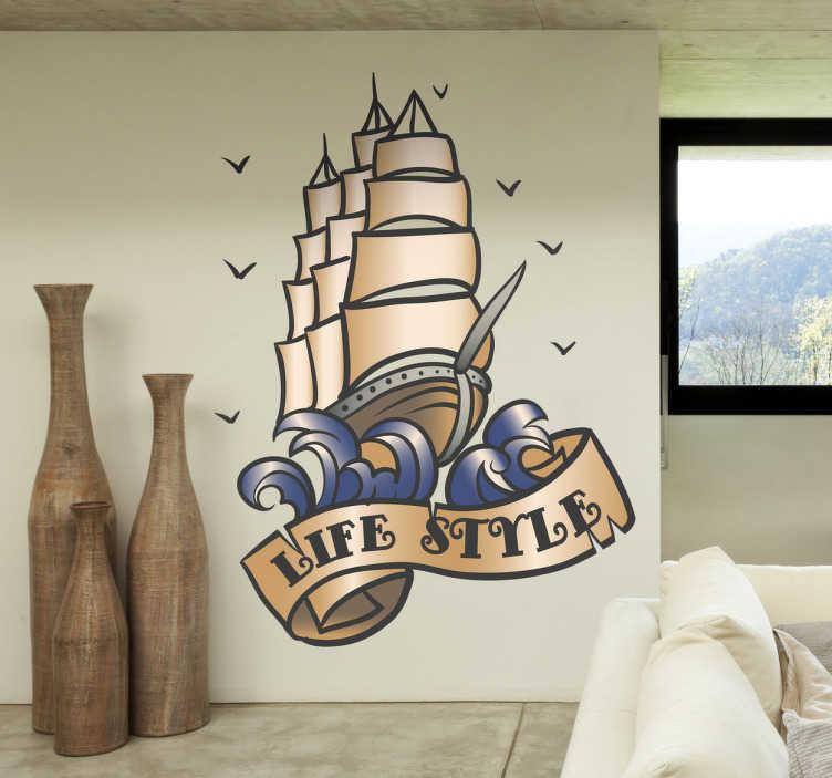 TenStickers. Naklejka piracki life style. Naklejka dekoracyjna wykonana w tatuażowym stylu przedstawiająca statek piracki unoszacy się na falach, pod którym widnieje na wstędze napis 'Life style'.
