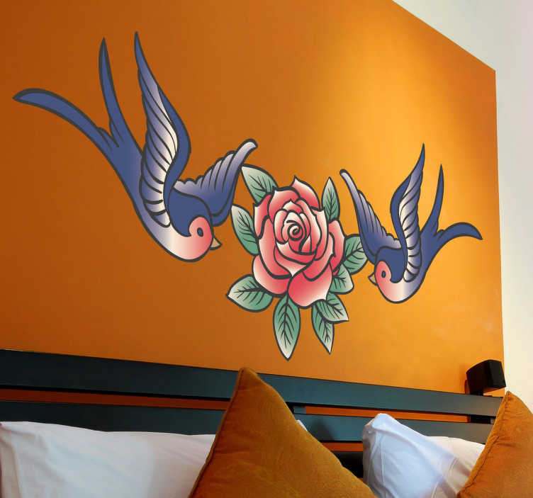 TenVinilo. Vinilo decorativo tatuaje golondrinas y rosa. Una ilustración con dos aves rodeando una bonita flor. Un original adhesivo con el que podrás decorar las paredes de tu casa.