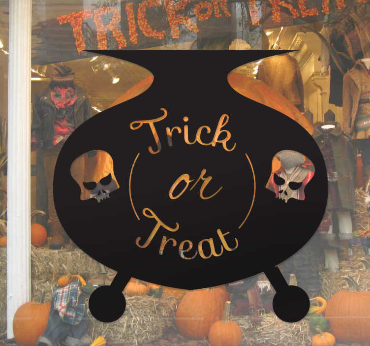 TenStickers. Halloween snoep heksenpan sticker. Muursticker Halloween, op deze angstaanjagende sticker staat een heksen pan staan 2 doodskoppen en de tekst ¨Trick or treat¨.