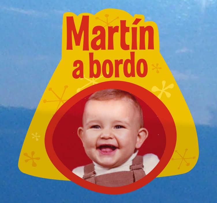 TenStickers. Adesivo personalizado bebé a bordo. Decore o automóvel com este adesivo para carro com foto do seu filho/filha? Agora já é possível com este adesivo personalizado bebé a bordo.