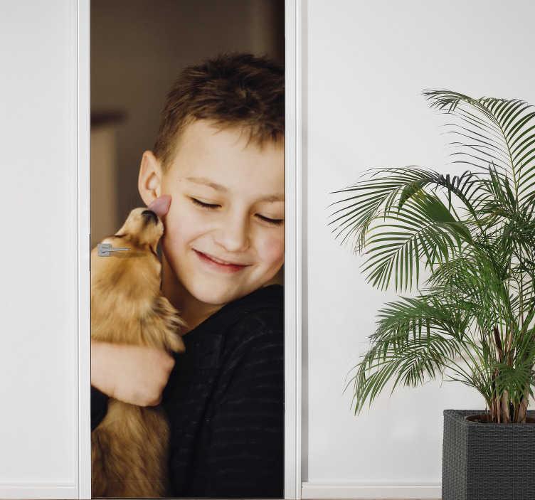 TenStickers. Adesivo per Porta Personalizzabile. Usa questo incredibile adesivo per porta con immagine personalizzata per portare dentro casa tua un qualcosa di davvero unico nel suo genere!