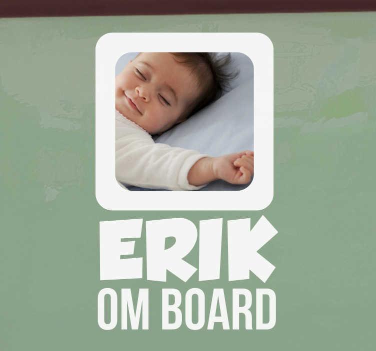 Tenstickers. Baby med bilbilmerke. Vil du gi alle beskjed om at babyen din er om bord? Bruk dette bil-klistremerket, slik at du kan tilpasse et bilde av barnet ditt og navnet hans.
