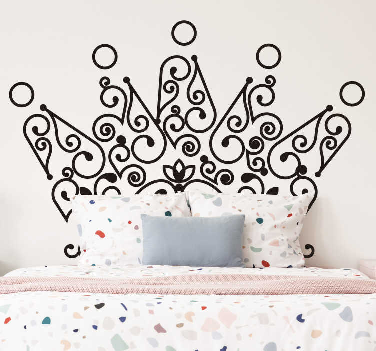 TenStickers. Krone kopfteil aufkleber. Einfach anzubringen schlafzimmer kopfteil wandaufkleber design einer krone und sie können es in jeder farbe ihrer wahl haben. Wählen sie die größe, die sie bevorzugen.