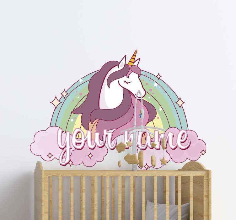 TenStickers. Lyserød enhjørning med navn tilpasset mærkat. Personligt navn enhjørning væg klistermærke design. Et farverigt og smukt dyr vægkunstdesign til børn. Det er let at anvende og af høj kvalitet.