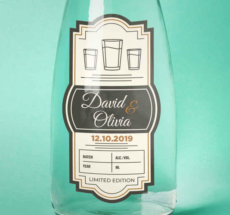TenVinilo. Pegatina para bodas personalizadas botella vodka. Dele a su invitado la mejor clase de regalo pegando esta pegatinas personalizadas para bodas de vodka ¡Envío a domicilio!