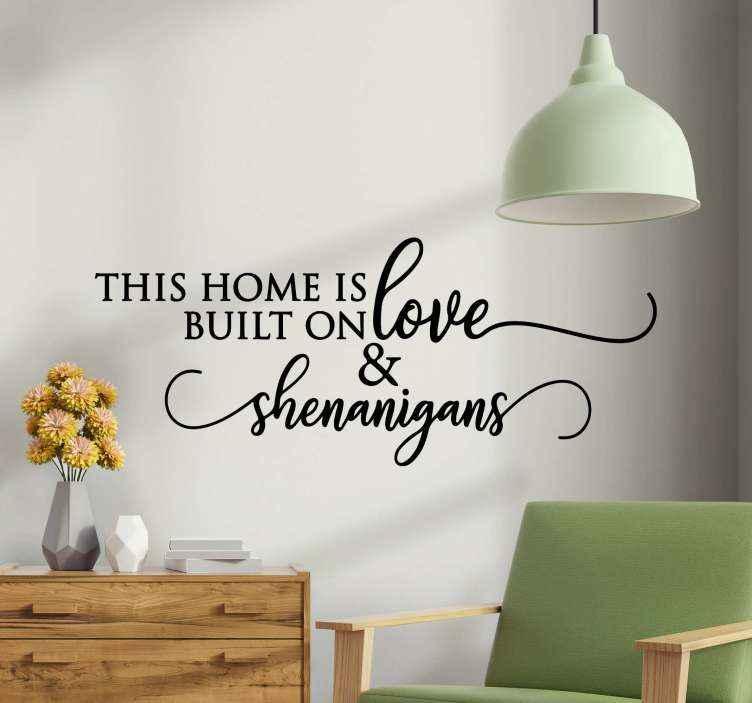 TENSTICKERS. Shenanigansタイポグラフィウォールステッカー. メッセージトーンであなたの家を飾るために装飾的なテキストビニールステッカー。 「この家は愛の上に成り立っている」と書かれています。適用が簡単で高品質。
