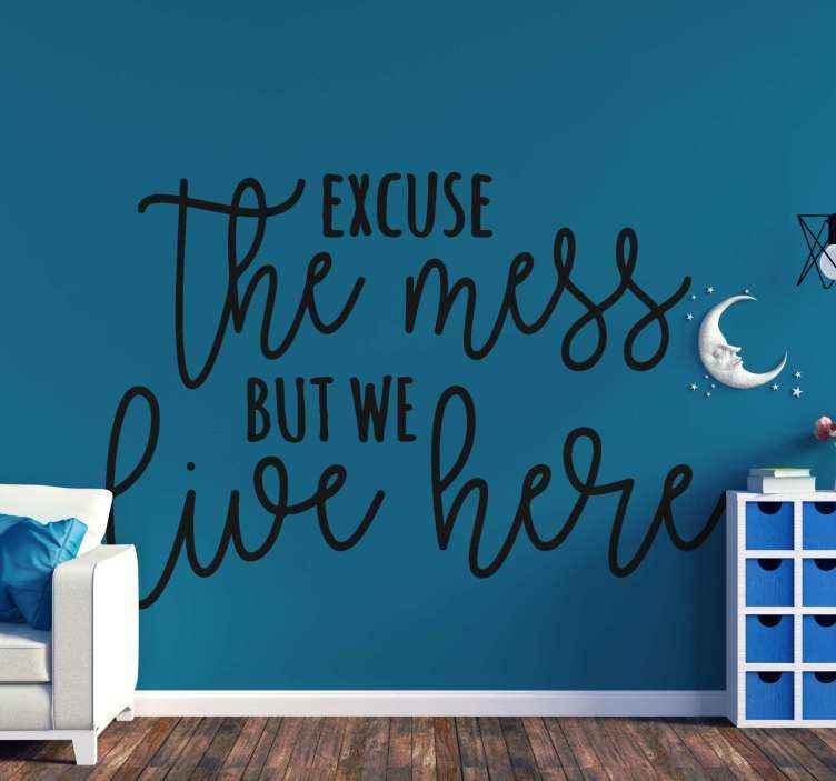 """TenVinilo. Frase para la pared perdón por el desorden. Frase para la pared simple para su hogar con texto que dice """"disculpe el desorden, pero vivimos aquí"""". Elige color ¡Envío a domicilio!"""