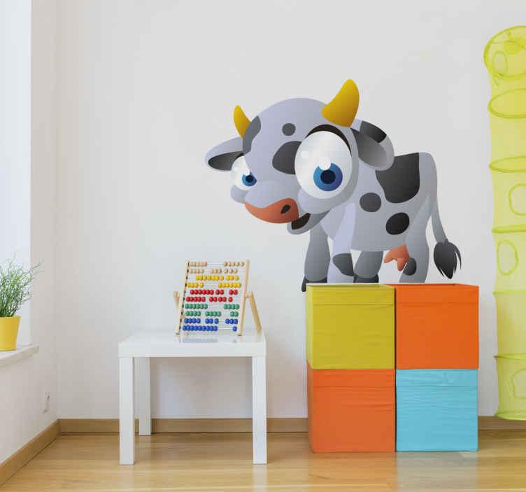 TenStickers. Sticker enfant vache. Une petite vache originale et amusante aux grands yeux bleus sur sticker pour décorer la chambre de votre enfant.