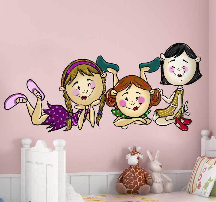 TenStickers. Naklejka trzy dziewczynki. Naklejka na ścianę z kolekcji zrealizowanej przez Apatino Art. Obrazek przedstawia trzy, leżące na podłodze przyjaciółki podczas rozmowy.