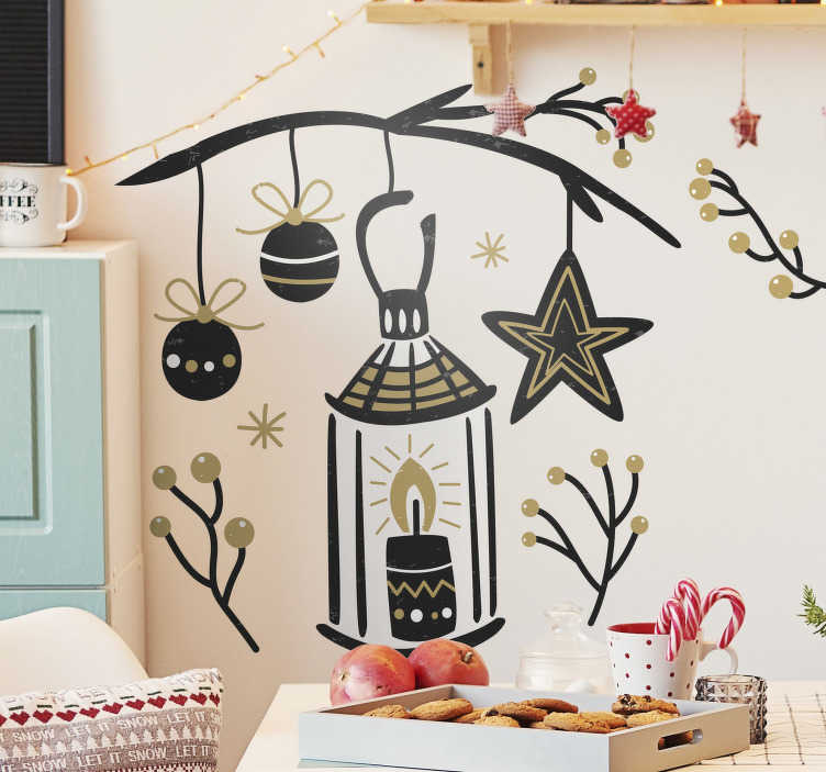 TenStickers. Naklejka świateczny stroik. Naklejka świąteczna przedstawiająca stroik ze świecą, srebnymi bombkami i iglastą gałązką. No stroika dołączone dobre żcyczenia na nowy nadchodzący rok.