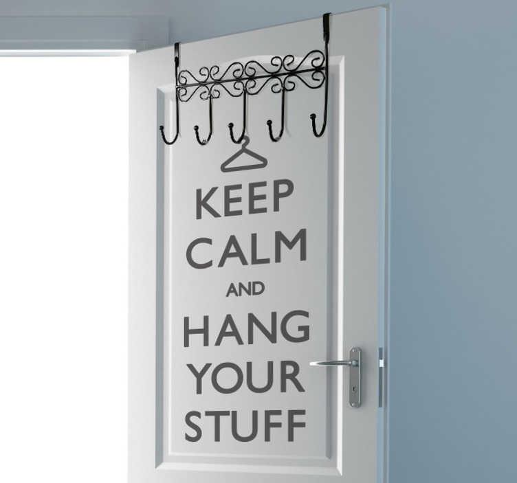 """TenStickers. Wandtattoo Keep calm. Dekorieren Sie Ihren Flur mit diesem Wandtattoo und dem Schriftzug """"Keep calm and hang your stuff."""""""