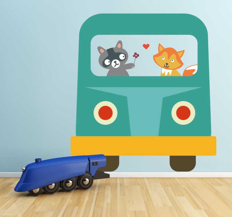 TenStickers. Naklejka dziecięca autobus szop i lis. Naklejka dekoracyjna dla dzieci przedstawiająca zielony autobus i siedzących w nich szopa pracza i rudego liska.
