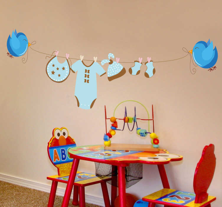 TenStickers. Baby Wäscheleine Sticker. Das Kinderzimmer Wandtattoo illustriert eine Wäscheleine, die von zwei kleinen blauen Vögeln gehalten wird. Günstige Personalisierung