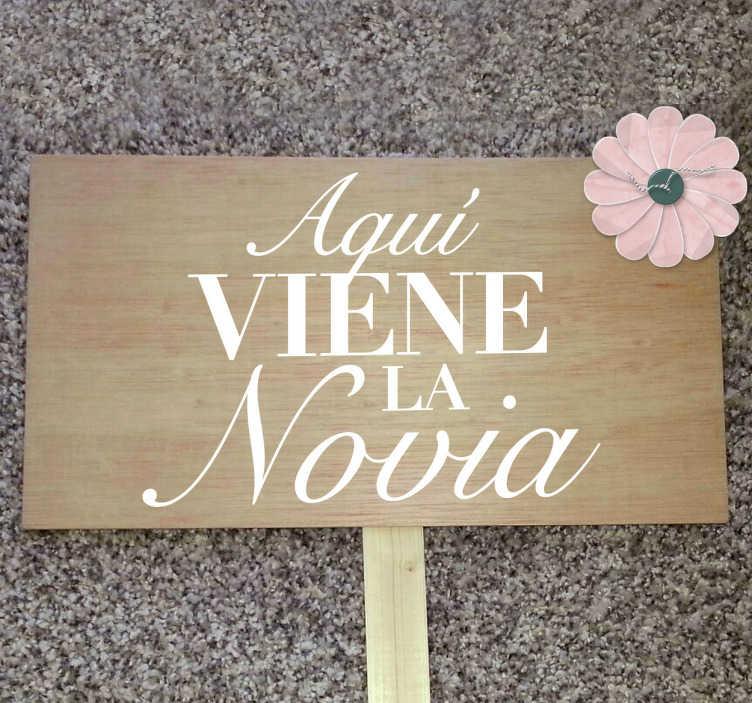 TenVinilo. Vinilo texto aquí viene la novia. Anuncia la llegada de la futura esposa colocando este vinilo en un cartel de madera o en el lugar que imagines.